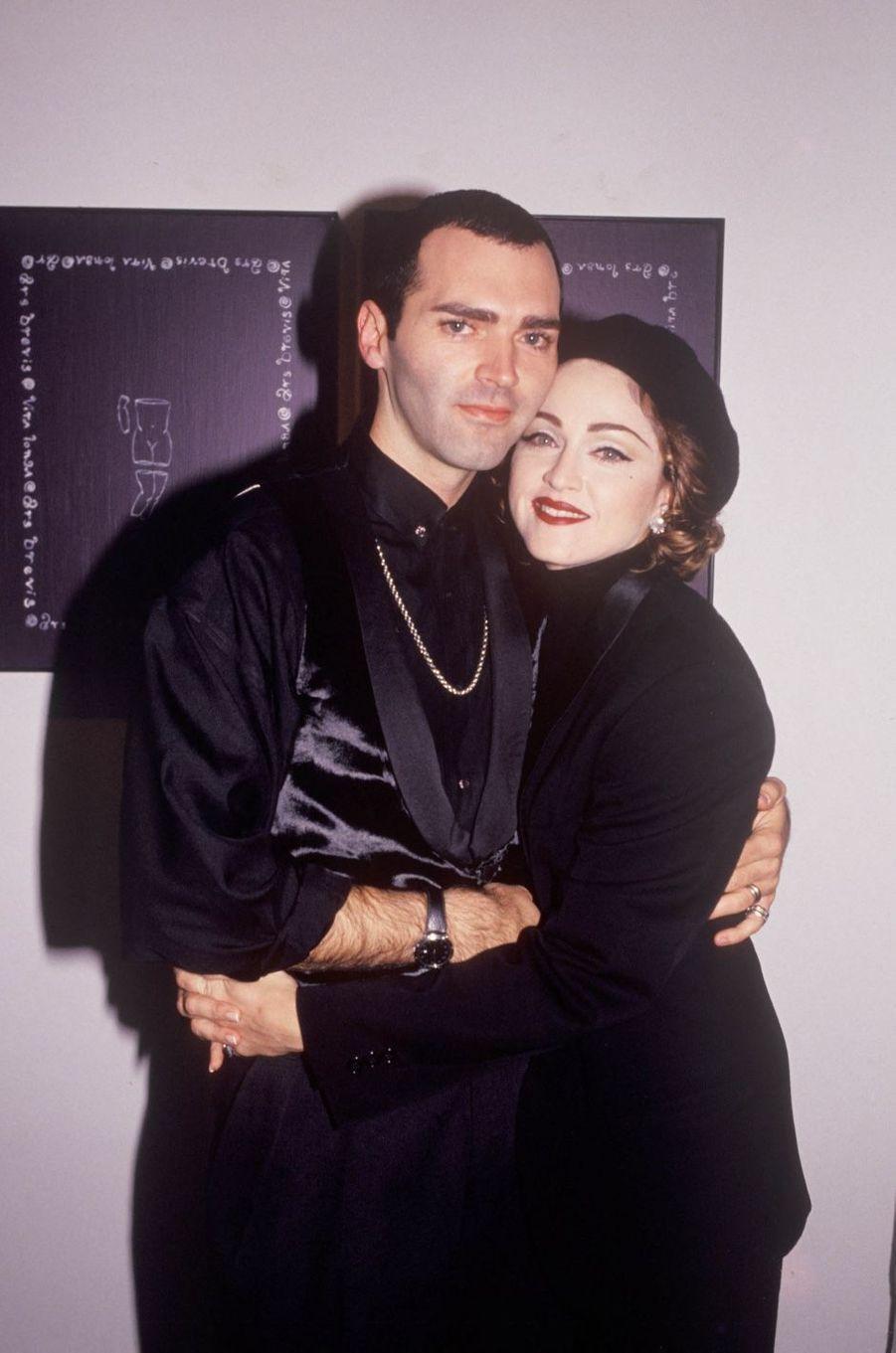 """Christopher Ciccone a commencé sa carrière en tant qu'assistant de sa soeur Madonna, puis son styliste, puis son danseur mais aussi son décorateur, afin de terminer en temps que directeur artistique. Il est longtemps resté à la direction de ses spectacles et de ses albums. En 2008, il a écrit un livre """"Ma vie avec ma soeur Madonna"""" dans lequel il regrette les années passées à protéger bien trop souvent sa soeur."""