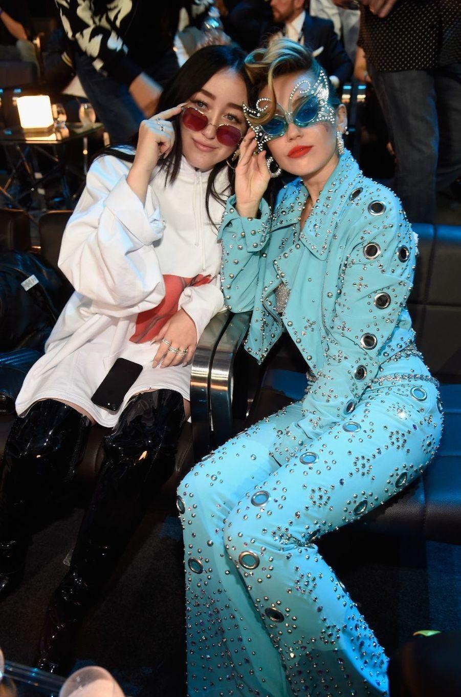 Issues d'une famille d'artistes, Miley et Noah Cyrus partagent de nombreux moments intimes et professionnels ensemble, se conseillant mutuellement et chantant parfois ensemble lors d'occasions ponctuelles.