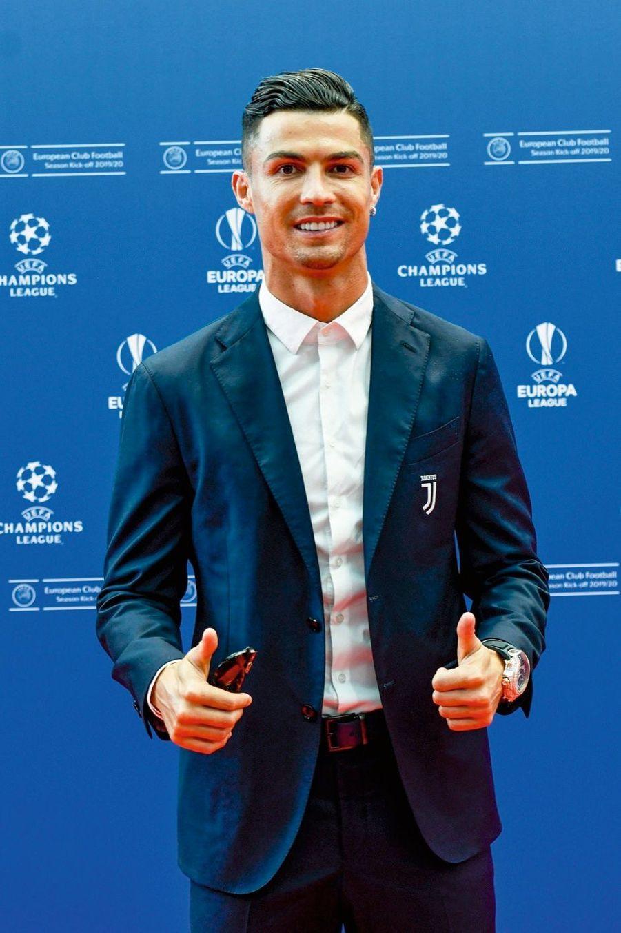 Cristiano Ronaldo LE FOOTBALLEUR A OFFERT DEUX UNITÉS DE SOINS INTENSIFS d'une capacité de 10 lits chacune avec respirateurs et moniteurs cardiaques au Centre hospitalier universitaire de Lisbonne.