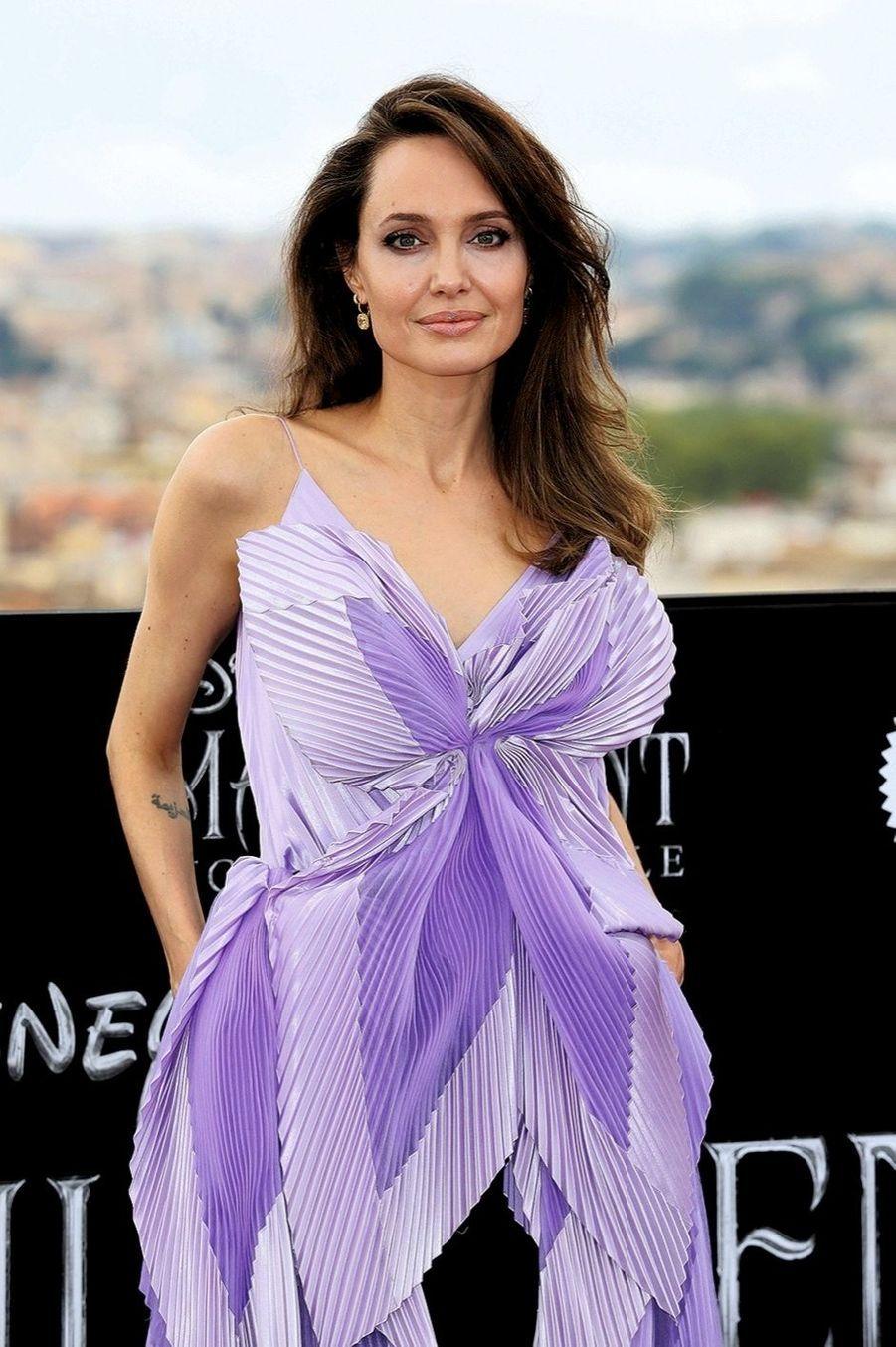 Angelina Jolie 1 MILLION DE DOLLARS Pour l'organisation No Kid Hungry qui lutte contre la faim des enfants pauvres.