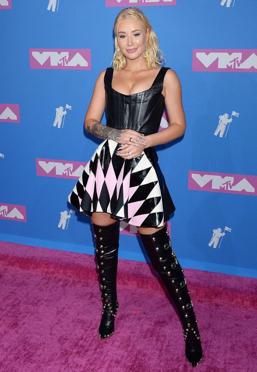 La rappeuse Iggy Azalea aexpliqué dans une interview pour «Vogue» en 2015 qu'elle s'était fait mettre des implants mammaires: «Il y a quatre mois, j'ai eu des seins plus gros! J'en ai eu envie toute ma vie. Je les adore tellement que je me sens obligée d'en parler».