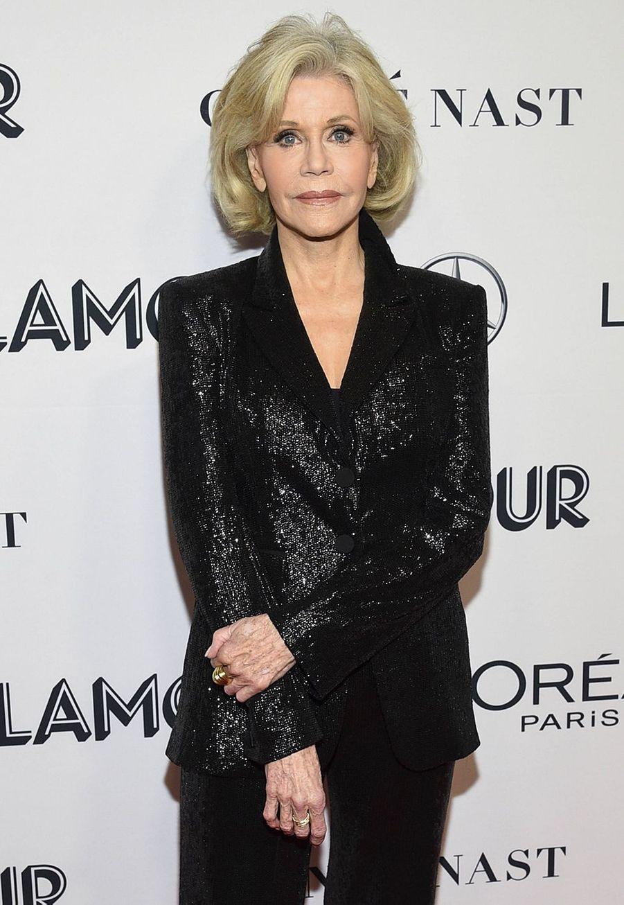 """Jane Fonda aécrit sur son blog en 2010 à propos de son usage de la chirurgie esthétique: «Bob Evans me complimentait sur ma nouvelle coupe de cheveux courte, et je lui ait dit: """"Merci, je viens de faire quelques modifications à mon cou et à mon menton et j'ai fait enlever les cernes sous mes yeux, alors je me suis dit que ça serait bien de me couper les cheveux, comme ça les gens penseraient que le changement viendrait de ma coupe""""»."""