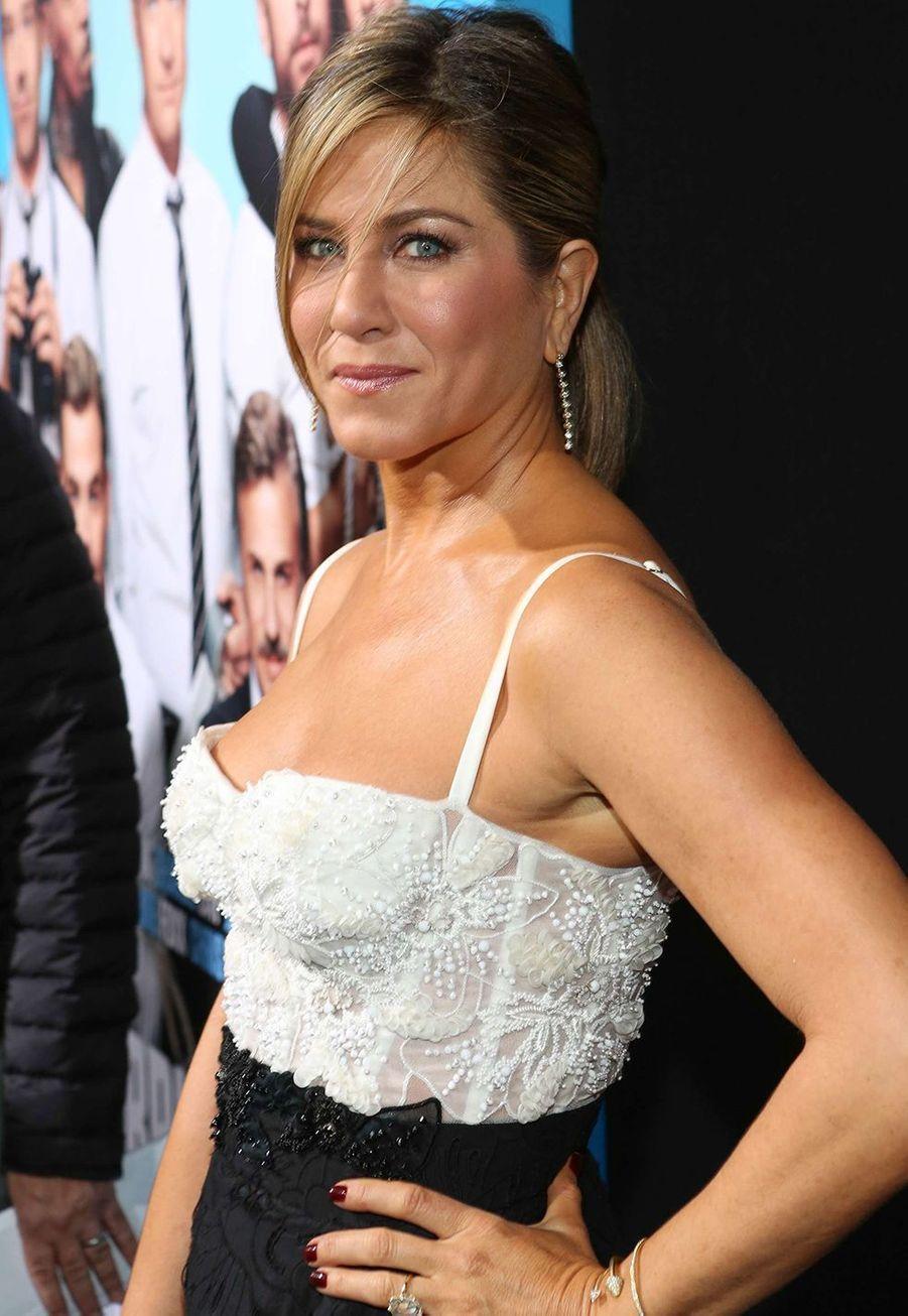 Jennifer Aniston a révélé au magazine «People» en 2007 qu'elle avait «arrangé (sa) cloison nasale déviée» et que c'était «la meilleure chose qu'(elle) ait jamais fait»: «j'ai dormi comme un bébé pour la première fois depuis des années».