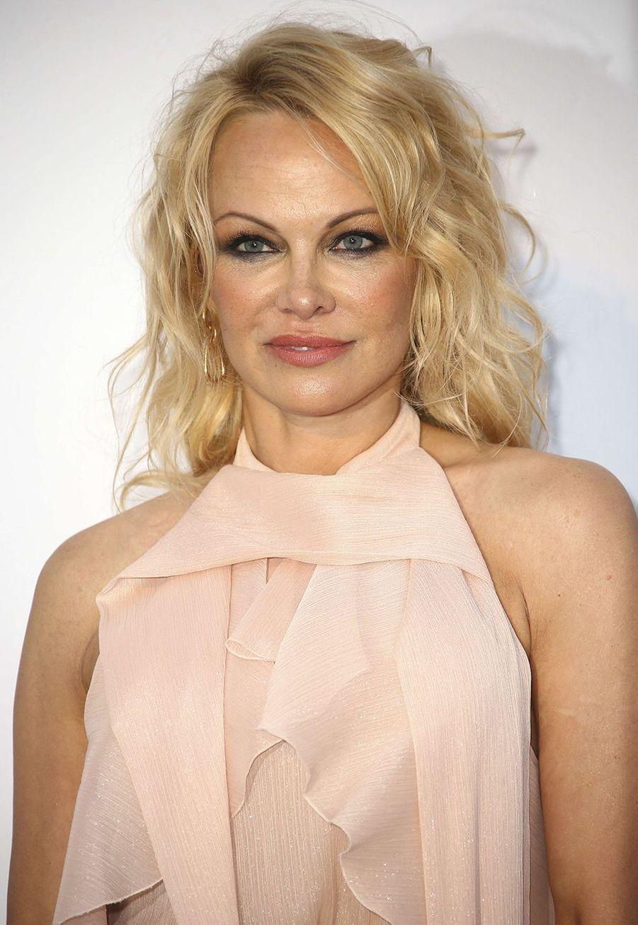 Pamela Anderson a avoué au magazine«People» en 2015 :«Je ne me reconnais plus.Je suis la dernière personne à avoir testé le Botox, mais je l'ai fait. J'ai eu l'impression que mes yeux rentraient dans ma tête. Je ne me reconnais plus! Ce n'est pas mon truc».