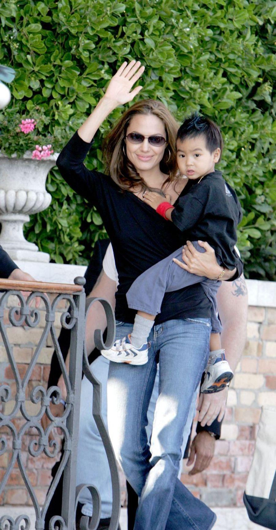 Avant de rencontrer Brad Pitt,Angelina Jolie avait adopté seule le petit Maddox en 2002.
