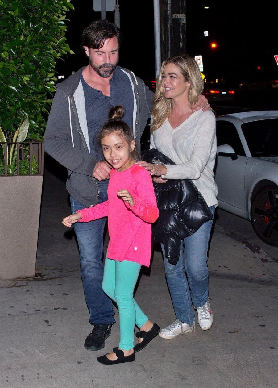 Déjà mère de Sam (née en 2004) et Lola (née en 2005) avec son ex-mari Charlie Sheen, Denise Richards adopte en 2010 une petite Eloise. En août 2018, elle épouse le comédien Aaron Phypers.