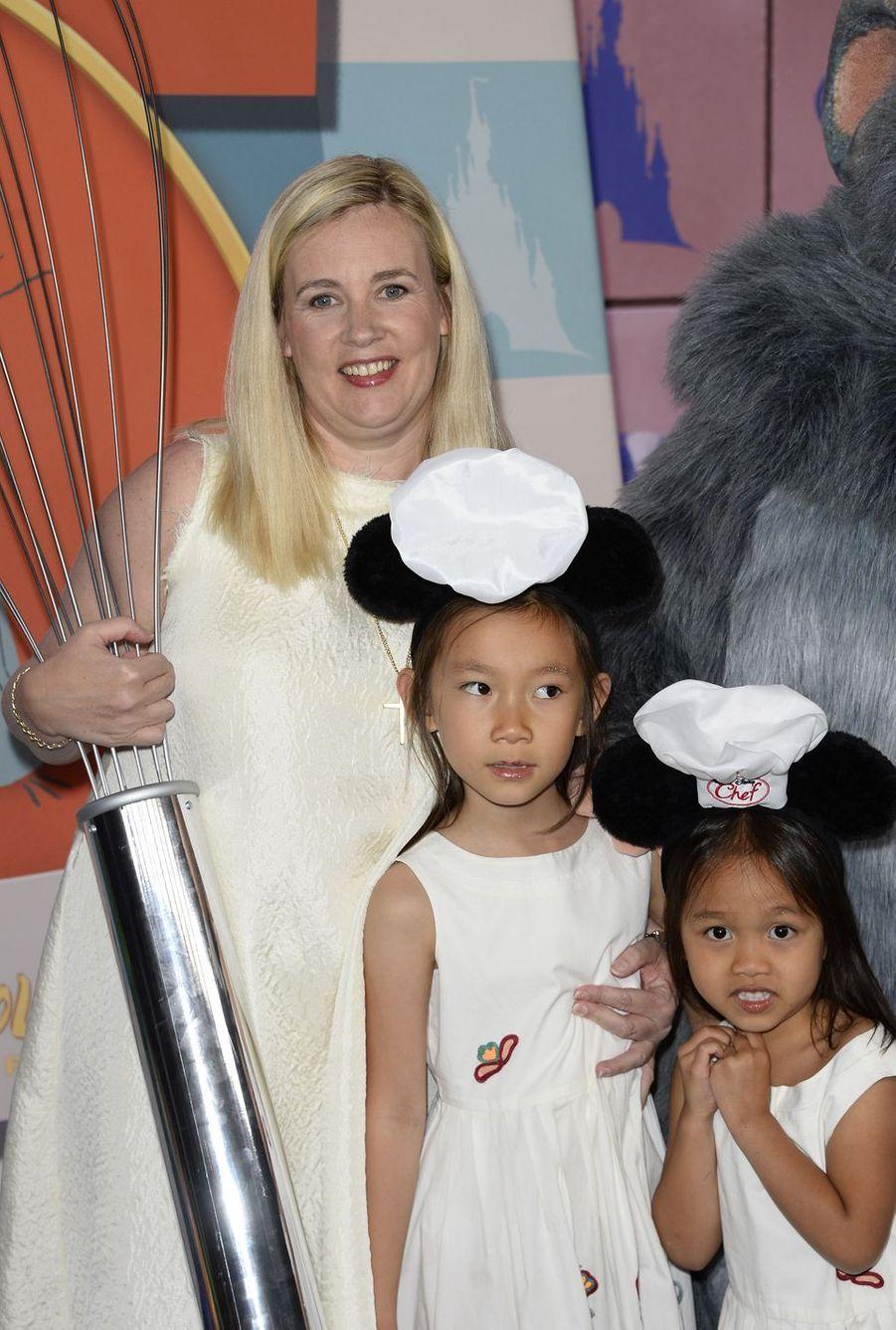 Hélène Darroze a adopté ses deux filles au Vietnam : Charlotte (en 2007) et Quitterie (en 2009).