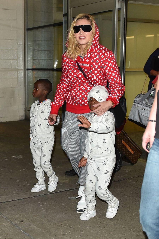 Madonna a six enfants, dont trois nés au Malawi qu'elle a adoptés seule : Mercy James (née en 2006, adoptée en 2009) et les jumelles Esther et Stella (nées en 2013, adoptées en 2017).