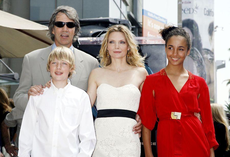 Michelle Pfeiffer avait adopté une petite Claudia en 1993. La procédure avait été lancée avant qu'elle ne rencontre son compagnon David E. Kelley. Le couple a ensuite eu un garçon, John (né en 1994).