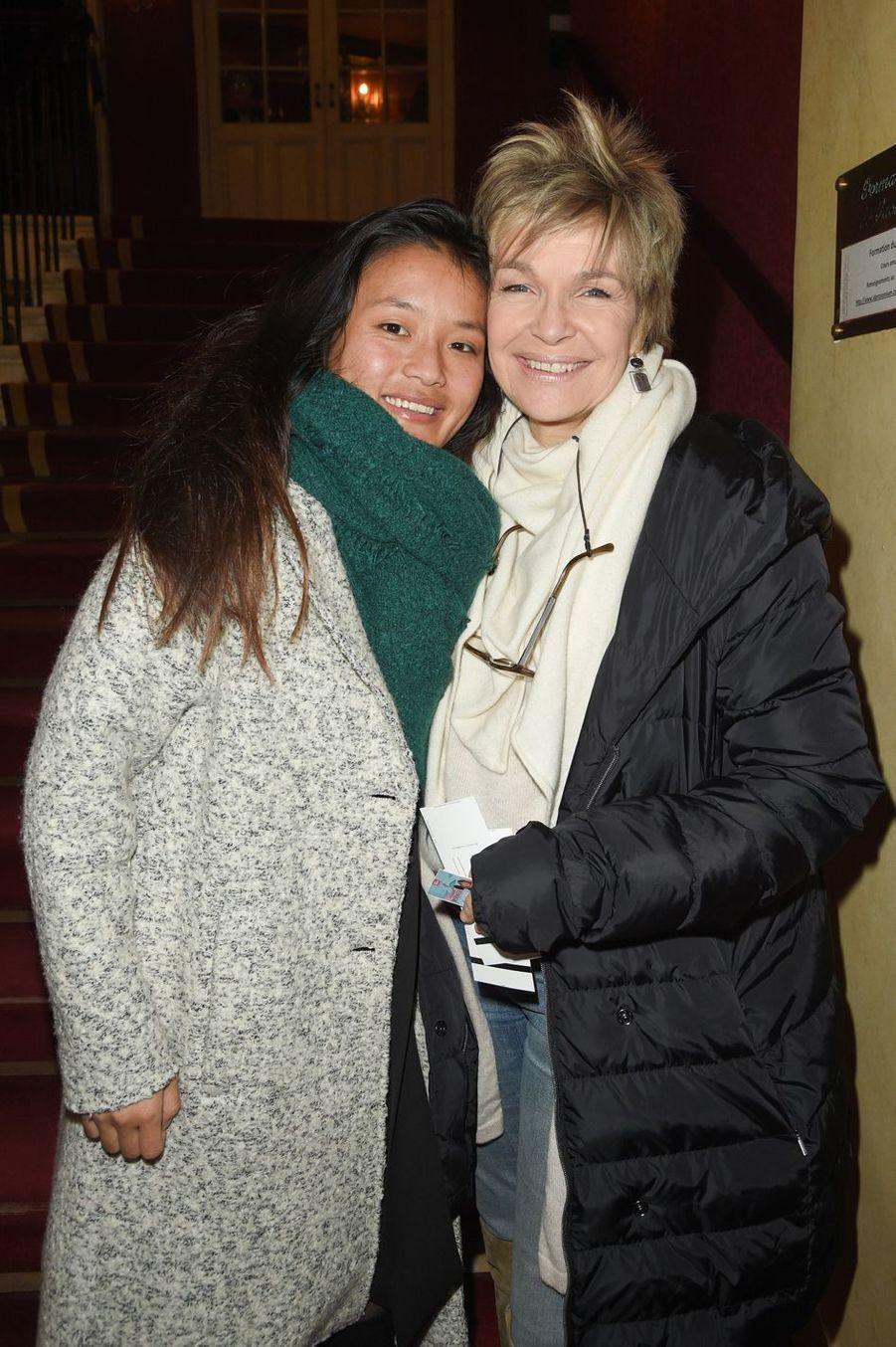 Véronique Jannot et sa fille Migmar (21 ans). Orpheline tibétaine, la jeune fille a été adoptée en Inde après quel'actrice l'a parrainée via son association Graines d'avenir.