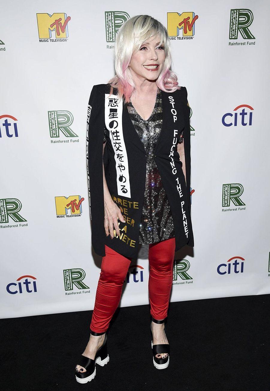 Debbie Harry, iconique chanteuse du groupe Blondie, a été adopté parCatherine et Richard Harry Smith dans le New Jersey alors qu'elle n'avait que 3 mois.