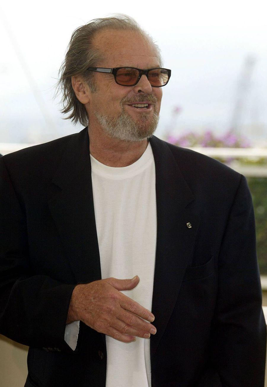 Jack Nicholson a été adopté par ses grands-parents maternels, pour que sa mère, June Nelson, puisse continuer sa carrière de showgirl. Il apprend bien des années plus tard que ses soi-disant parents sont en réalité ses grands-parents, et que celle qu'il croyait être sa soeur, est en fait sa mère biologique.