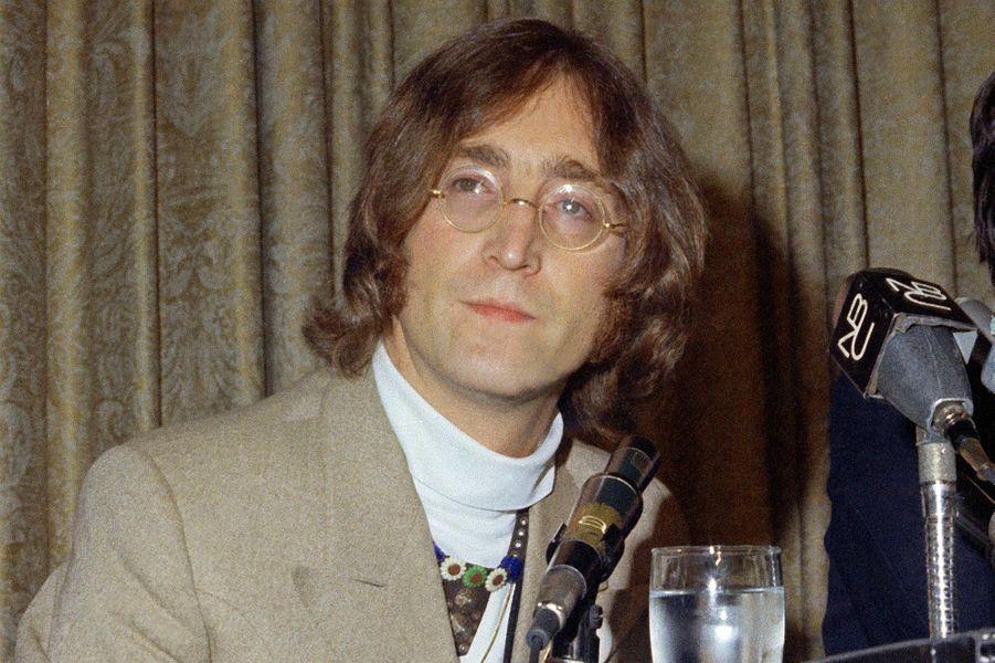 John Lennon a été confié à la soeur de sa mère biologique, alors que son père partaitsouventen mer et que sa mère ne parvenait plus à subvenir aux besoins de son fils.
