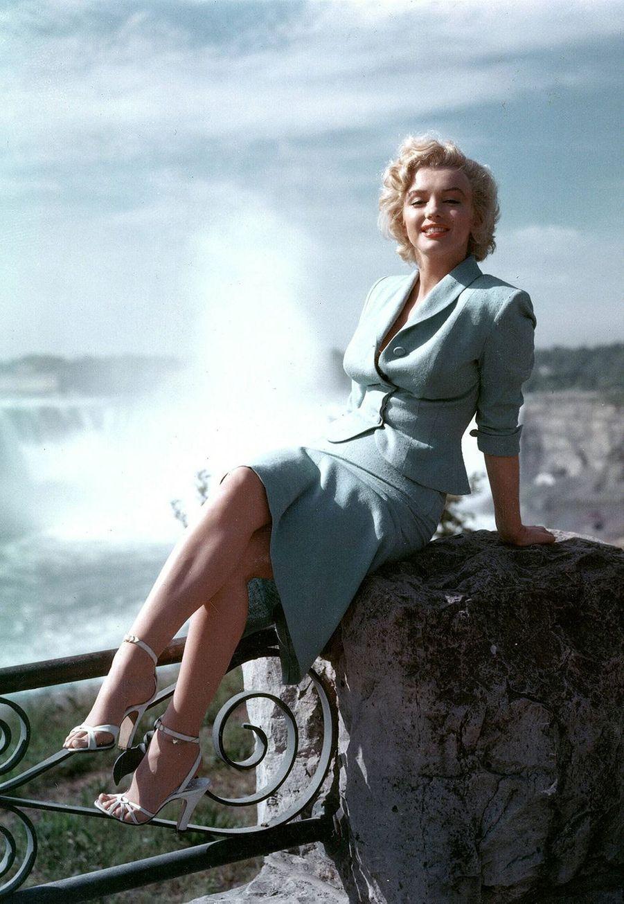 Marilyn Monroe a été placée dans divers orphelinats et familles d'accueil dans son enfance, sa mère biologique ne pouvant pas s'occuper d'elle à cause de ses troubles psychiatriques. Elle est ensuite confiée jusqu'à l'âge de 7 ans auxvoisins de sa grand-mère. Une amie de sa mère devient finalement sa tutrice légale en 1935.