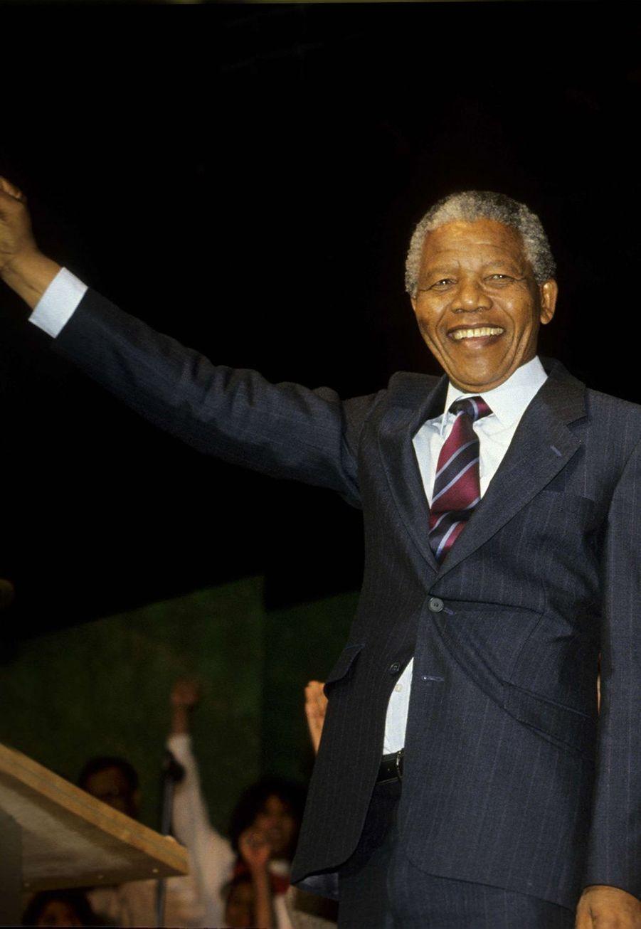Nelson Mandela a été recueilli parle chef de la tribu Thembu en Afrique du Sud à l'âge de 9 ans, son père biologique ayant succombé à latuberculose.