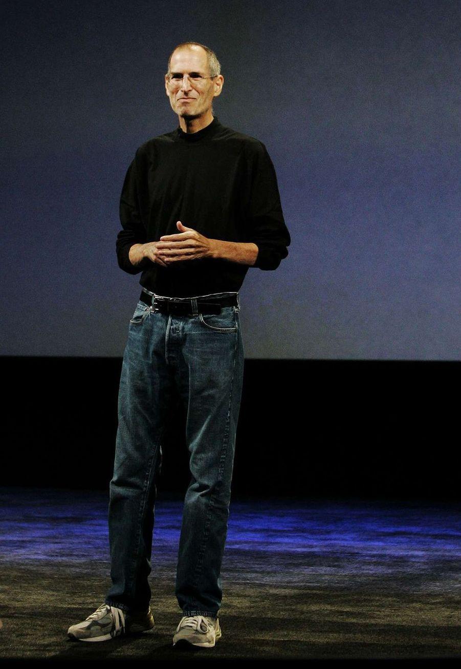 Steve Jobs a été adopté paradopté par Paul et Clara Jobs après que ses grands-parents maternels biologiques se soientopposés à l'union de sa mère biologique avec un étudiant syrien en sciences politiques, son père biologique.