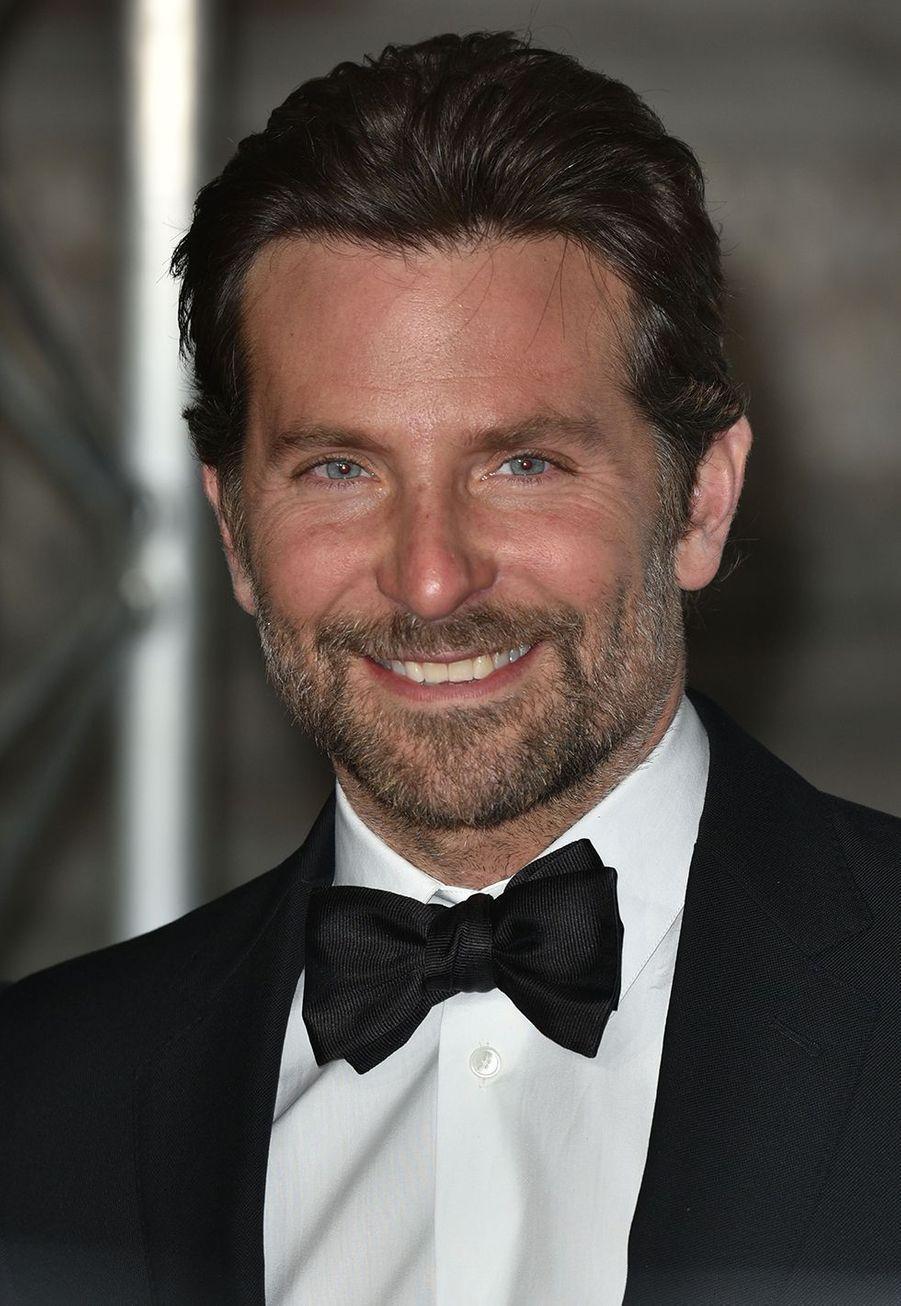 L'acteur et réalisateur du film à succès «A Star Is Born» est également diplômé en anglais, avec mention, de l'université de Georgetown. Il doit également son excellent niveau en français à un semestre passé à Aix-en-Provence.