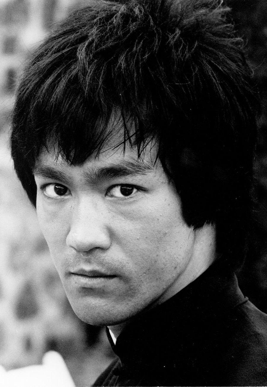 Connu et reconnu pour sa maîtrise des arts martiaux et ses différentes interprétations dans des films du même genre, Bruce Lee est diplômé en philosophie et psychologie après avoir étudié à l'université de Washington. Un institut publique mais néanmoins classé parmi les meilleures universités des Etats-Unis.