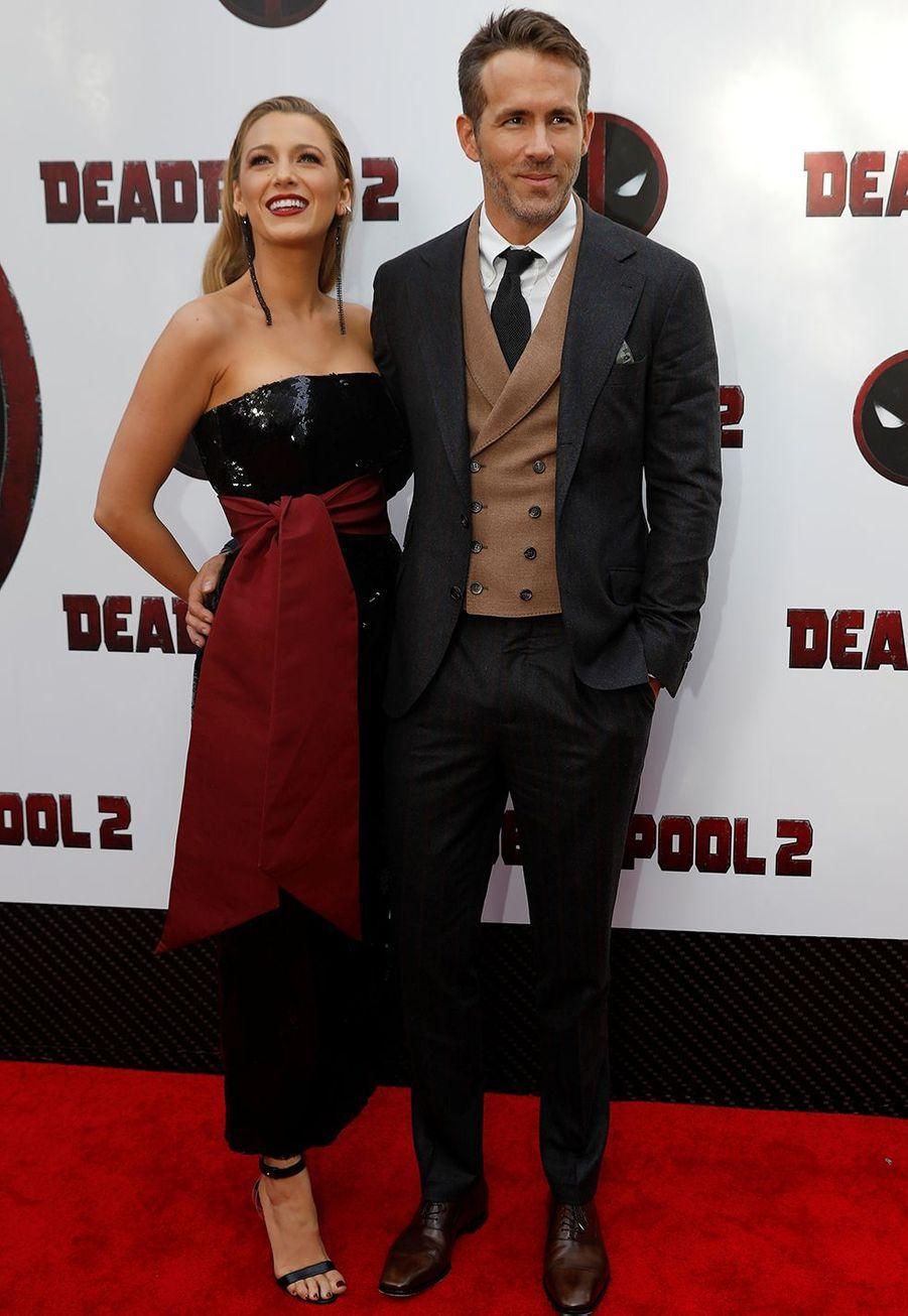 Blake Lively et Ryan Reynolds sesont mariés en Caroline du Sud en septembre 2012 dans le plus grand secret. Ils ont invités une soixantaine d'amis et n'ont fait appel qu'à des proches pour réunir l'essentiel en toute discrétion (comme la robe et le costume), ainsi qu'au groupeMartha Stewart pour les détails de la cérémonie, selon les révélations dumagazine«People».
