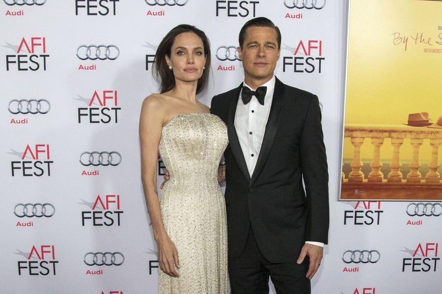 Brad Pitt et Angelina Jolie, séparés depuis 2016, se sont passé la bague au doigt en août 2014, dans la chapelle de leur château de Miraval dans le sud de la France.Ils étaiententourés d'une vingtaine de proches seulement, et ont accordé l'exclusivité des images de l'évènement aux magazines «People» et «Hello».