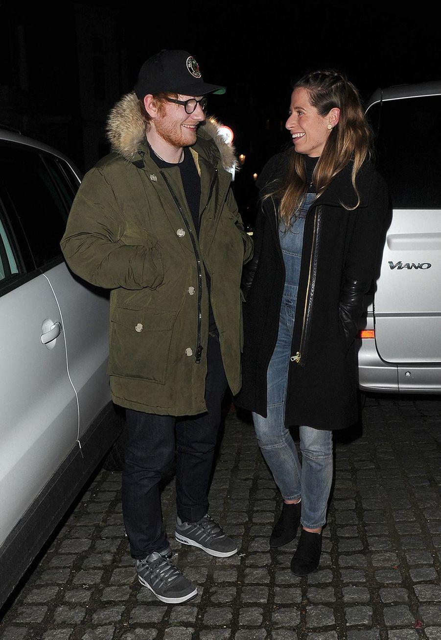 Ed Sheeran et Cherry Seaborn se sont unis endécembre 2018, au cours d'une cérémonie intime. Dans une interview donnée au média américain Access,lechanteur avait montré son alliance et avaitpréciséqu'il s'était marié en petit comité. «Je n'aime pas quand il y a beaucoup de monde dans les moments les plus importants. Je n'ai jamais voulu un mariage avec beaucoup d'invités».