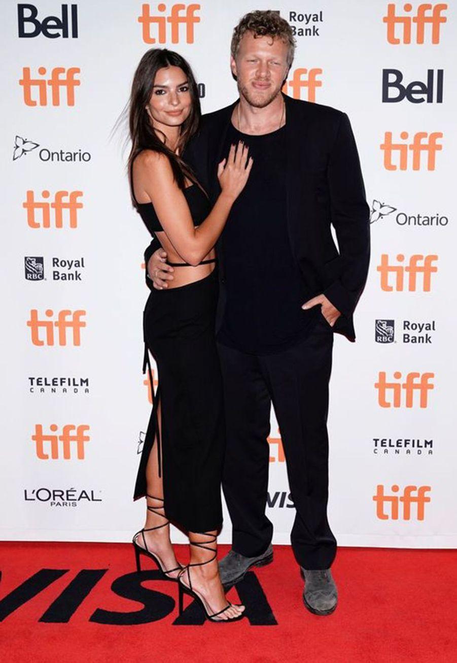 Emily Ratajkowski et Sebastian Bear-McClard se sont passé la bague au doigten février 2018à la mairie de New York, à la surprise de tous. Le mannequin était en effet séparée depuisquelques mois seulement de son compagnon de longue date Jeff Magid. Ella avaitannoncé l'heureuse nouvelle via Instagram.