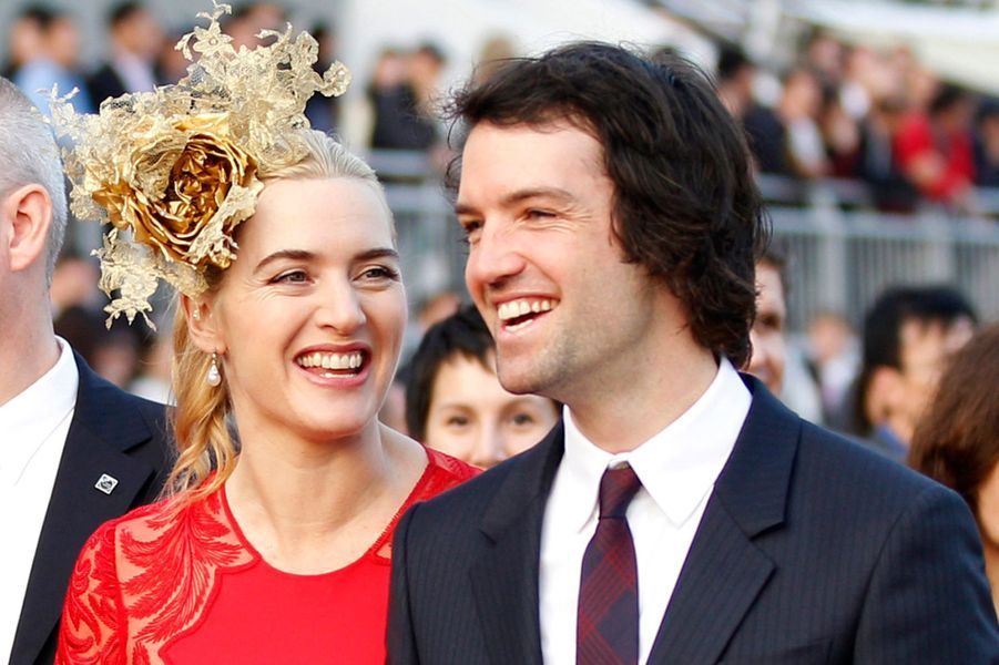 Kate Winslet et Ned Rocknroll se sont unis en décembre 2012 àNew York dans la plus grande intimité. C'est le porte-parole de l'actrice qui avait confirmé la nouvelleà la presse. «Je peux vous confirmer que Kate Winslet s'est mariée à Ned Rocknroll à New York un peu plus tôt dans le mois, au cours d'une cérémonie privée, où ses deux enfants, des amis et quelques membres de la famille étaient invités».