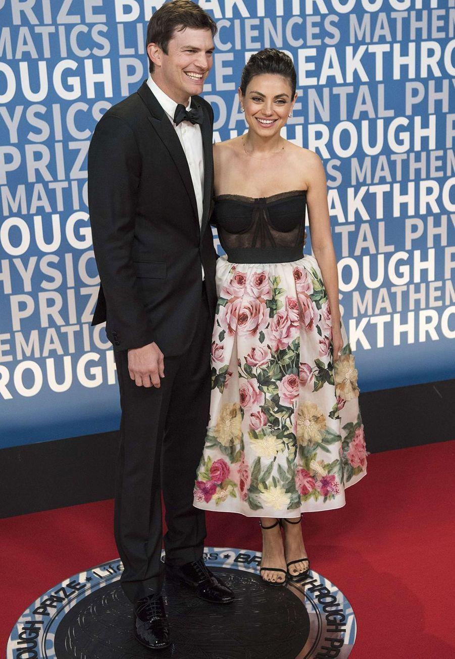 Mila Kunis et Ashton Kutcher se sont dit «oui»le 4 juillet 2015, jour de la fête nationale américaine. Inquiets d'être pris en photos par les paparazzi, ils ont dû déployer «des efforts de ninjas» pour que leur union passe inaperçue, comme l'acteur l'a expliqué un an plus tard dans uneinterviewavec Ellen DeGeneres.