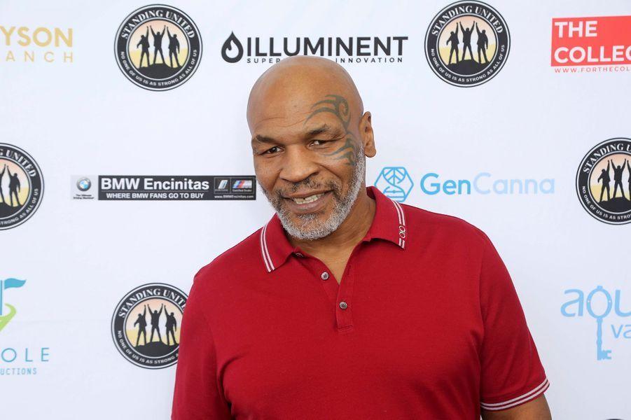 Mike Tyson a un tatouagemaori très célèbre qui entoure son oeil gauche depuis 2003. Des années après s'être fait tatoué, l'ancien boxeur américain a confié à«Sports Illustrated» qu'il ne regrettait pas sa décision d'avoir adopté un dessin à l'encre permanente sur son visage:«Beaucoup de choses me sont arrivées grâce à ce tatouage, beaucoup de bonnes choses» avait-il confié.