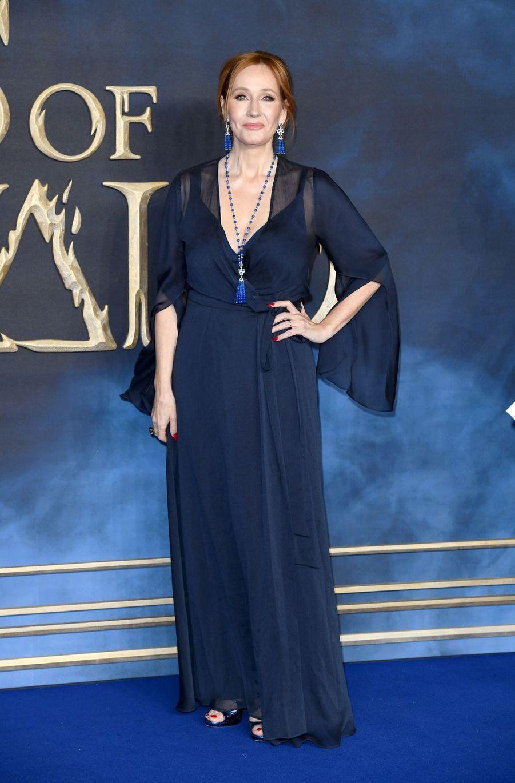 J.K Rowling s'est retrouvéemère célibataire très jeune, sans métier et sans argent. En pleine dépression, elle se réfugie dans l'écriture pour échapper à la réalité.