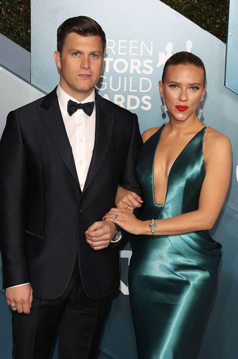 Colin Jost et Scarlett Johansson se sont croisés à deux reprises sur le plateau du «SNL», d'abord en 2006 puis en 2010 lors d'un sketch que le comédien avait écrit. Ce n'est qu'en 2017 qu'ils ont commencé à se fréquenter après que l'actrice a animé une nouvelle émission. Ils se sont mariés en 2020.