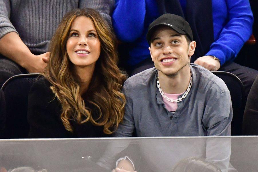 Quelques mois après sa rupture avec Ariana Grande, Pete Davidson a commencé à fréquenter Kate Beckinsale. Le couple a rompu en avril 2019 après quatre mois de relation.