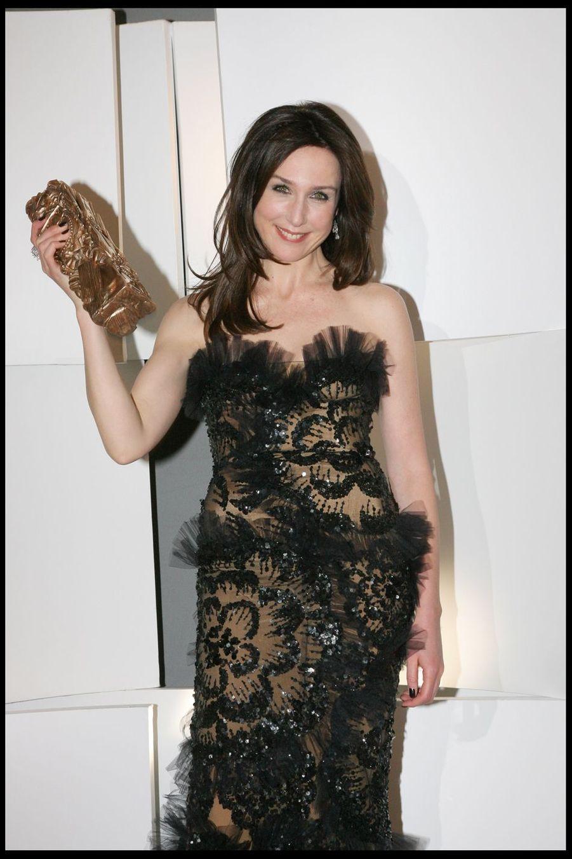 """Elsa Zylberstein (César de la meilleure actrice dans un second rôle pour """"Il y a longtemps que je t'aime"""") lors de la 34e cérémonie des César à Paris, le 27 février 2009"""