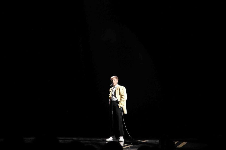 Eddy de Pretto (rendant hommage à Charles Aznavour)lors de la cérémonie des César à la Salle Pleyel à Paris le 22 février 2019