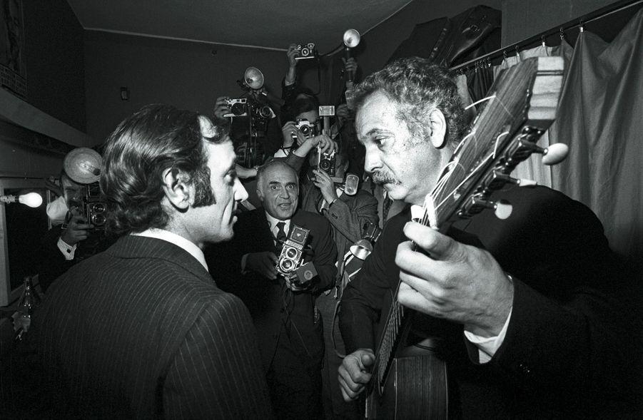 Octobre 1969. A Bobino, dans la loge de Georges Brassens qui va entrer en scène.