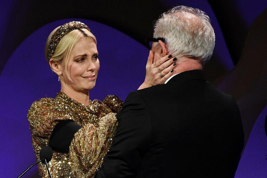 Charlize Theron est arrivée auxCostume Designers Guild Awards dans une robe dorée signée Louis Vuitton, ce mardi28 janvier 2020 à Beverly Hills.