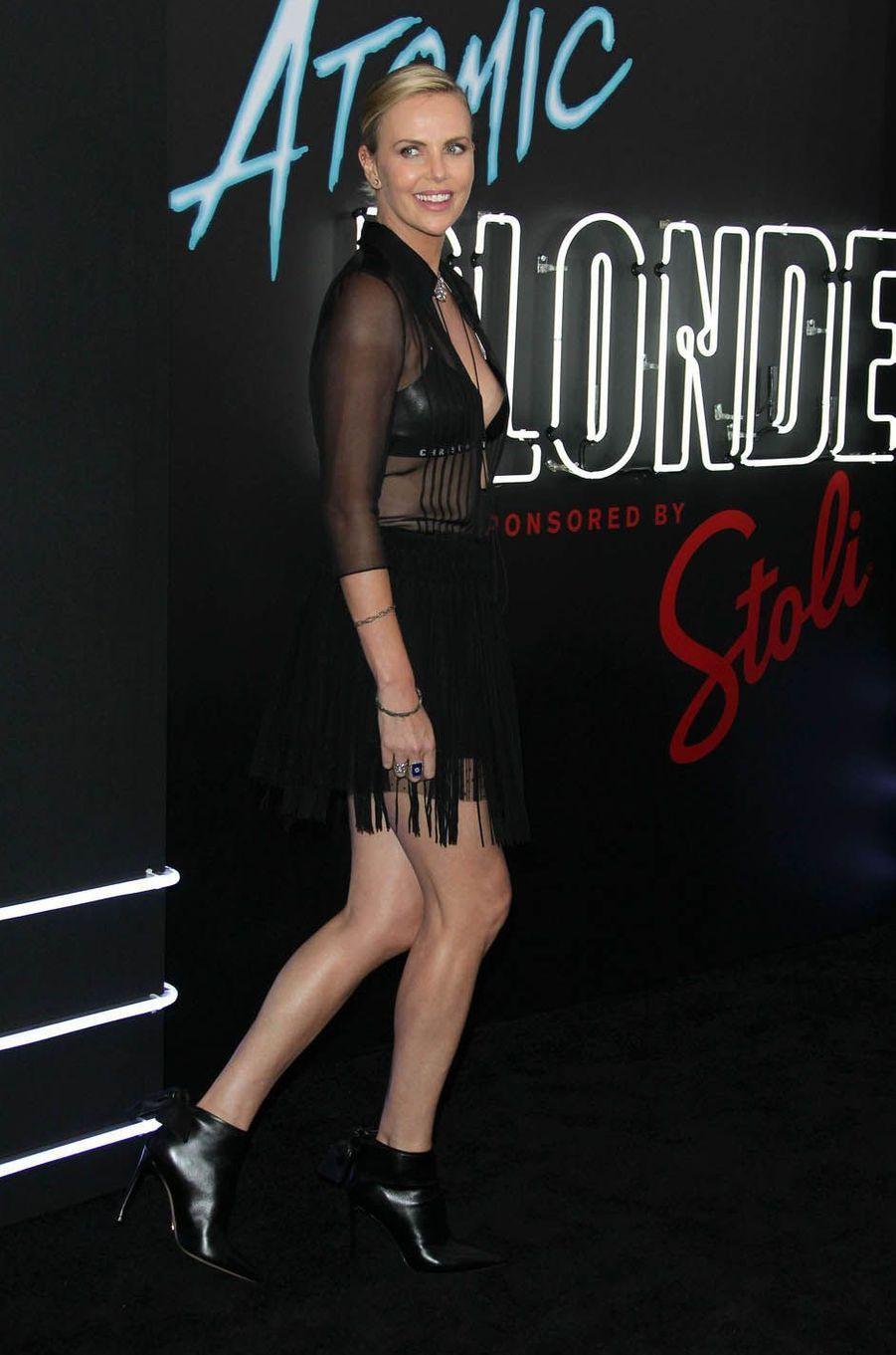 """Charlize Theron à Los Angeles pour l'avant-première du film """"Atomic Blonde"""", le 24 juillet 2017."""