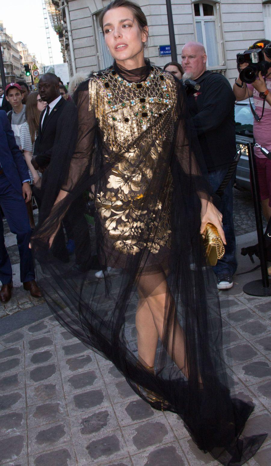 Ravissante, elle arrive à la soirée Vogue pendant la Fashion week de Paris en 2015