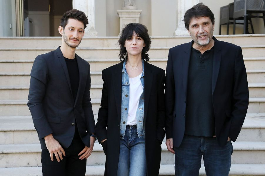 Charlotte Gainsbourg et Pierre Niney avec Eric Barbier à Sarlat, le 14 novembre 2017.