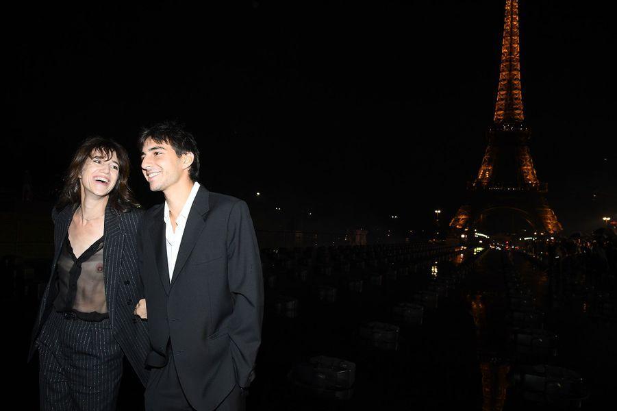 Charlotte Gainsbourg et son fils Ben au défilé Saint Laurent, mardi à Paris