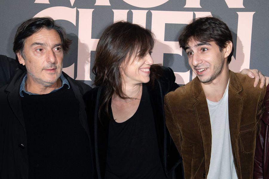 Yvan Attal, Charlotte Gainsbourg et Ben Attalà la première de «Mon chien stupide» à Paris le 22 octobre 2019