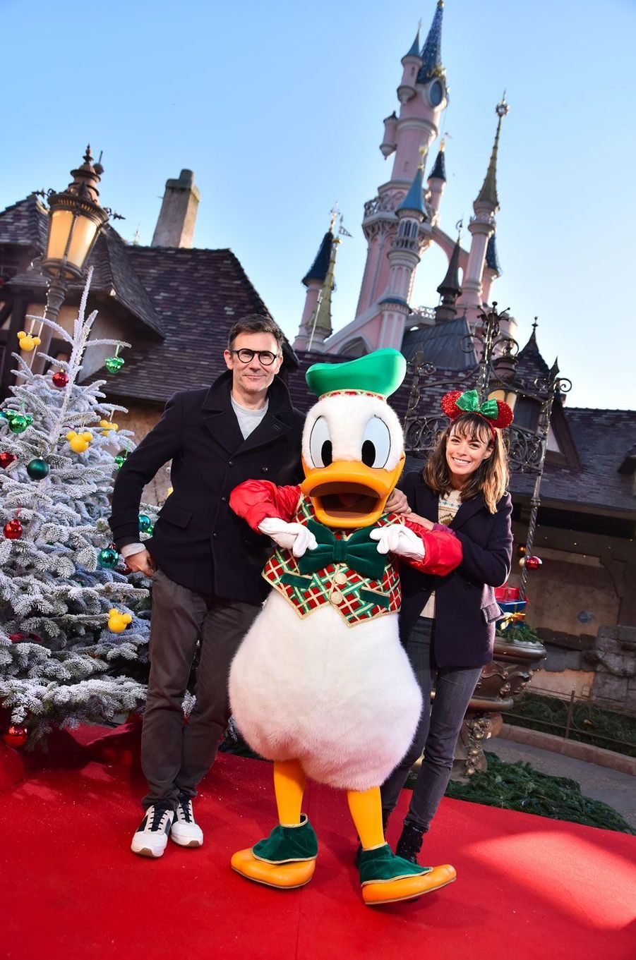 Berenice Bejo et Michel Hazanaviciuscélèbrent Noël et les 90 ans de Mickey à Disneyland