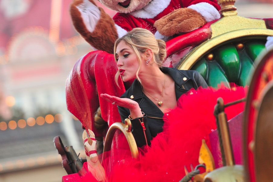 Chiara Ferragni célèbre Noël et les 90 ans de Mickey à Disneyland