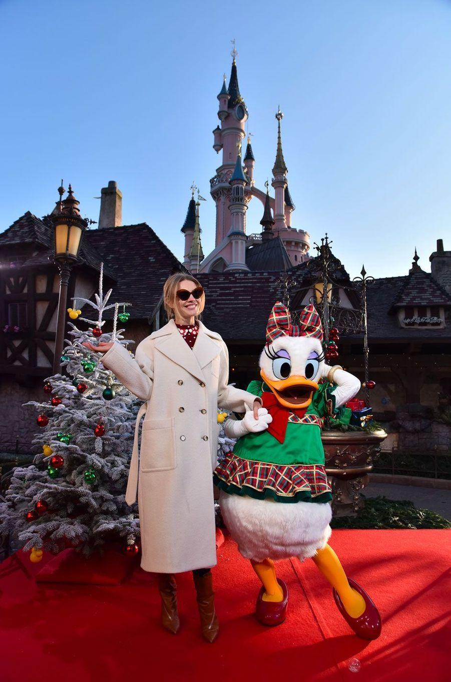 Natalia Vodianovacélèbre Noël et les 90 ans de Mickey à Disneyland