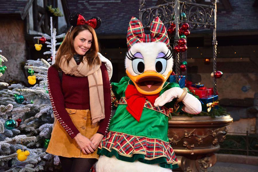 Kaya Scodelario célèbre Noël et les 90 ans de Mickey à Disneyland