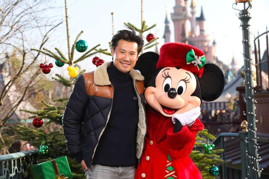 Frédéric Chau célèbre Noël et les 90 ans de Mickey à Disneyland