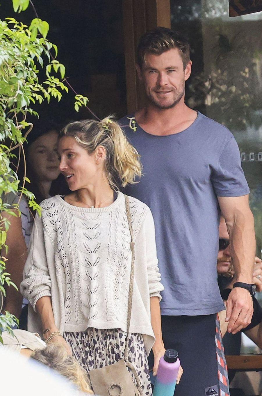 Elsa Pataky et Chris Hemsworth à la sortie d'un restaurant de Byron Bay le 23 septembre 2020
