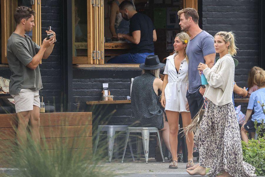 Elsa Pataky et Chris Hemsworth avec des fansà la sortie d'un restaurant de Byron Bay le 23 septembre 2020