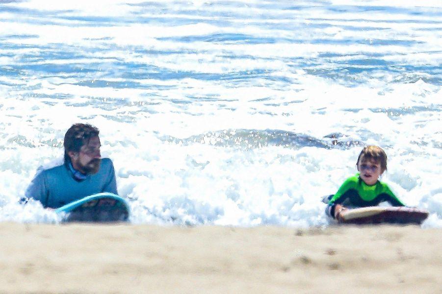 Christian Bale et son fils Joseph pratiquent du bodyboard à Malibu le 10 août 2020.