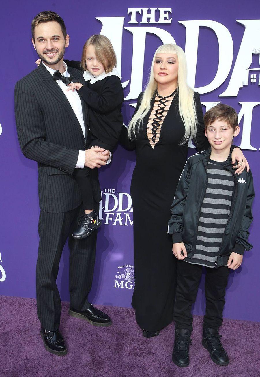 Christina Aguilera, son mari Matthew Rutler, et ses enfants Summer Rain Rutler et Max Bratman lors de la première de «La Famille Addams» le 6 octobre 2019 à Los Angeles.
